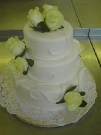 Svatební dort s živími růžemi